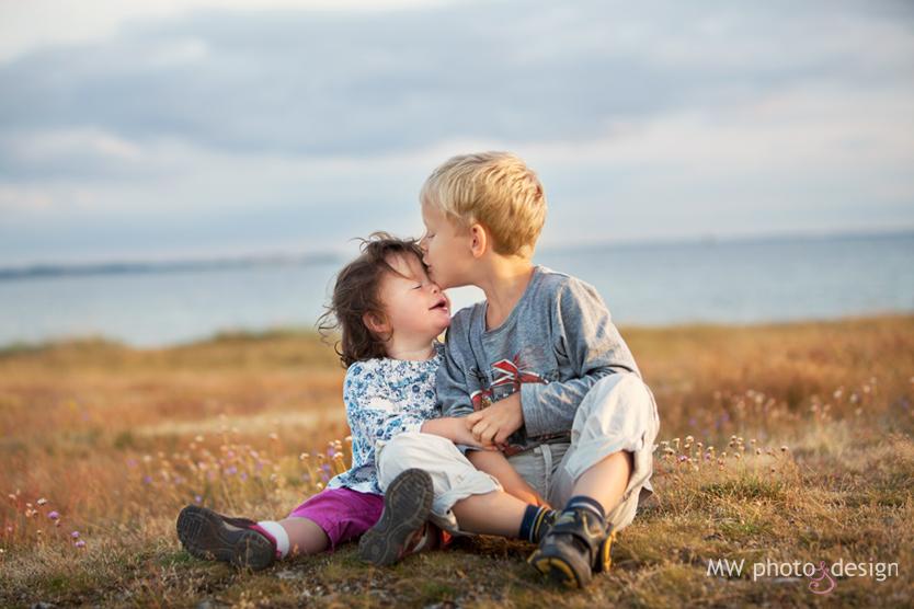 Råå strand, Helsingborg, Skåne, barnfotograf, fotograf, kvällsljus, syskon